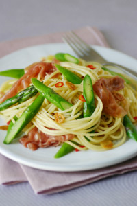 Spaghetti with Asparagus and Prosciutto